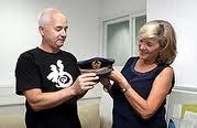 Eliezer Sacks devuelve la gorra a LInda Lipschitz, hija del capitán Levy