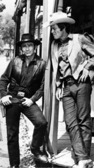 James Drury (der), progagonista de El Virginiano y Doug McClure como Trampas