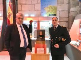 El comisario junto a Pablo Casinello, caracterizado como capitán de Uboot
