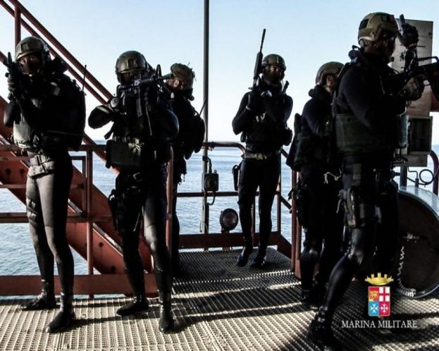 Tras abordar sin ser detectados los comandos navales proceden a hacerse con el control del lugar.