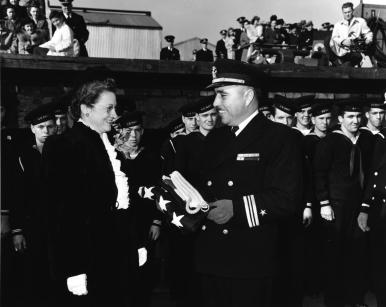Capitán de Corbeta Evans durante el bautizo del USS Johnston 27 OCT 43