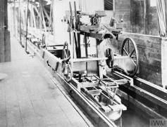 Puente grúa para mover el modelo a lo largo del tanque de pruebas