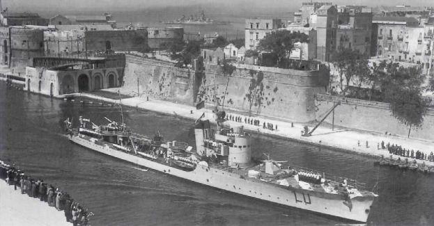 El Lupo regresa a Tarento el 22 de mayo de 1941. El casco muestra varios de los 18 impactos que recibió