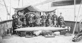 Marinos argentinos con un torpedo Whitehead