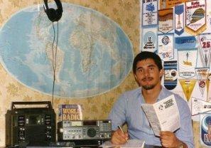 Diexista con sus radios y postales