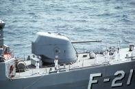 Cañón 127 OTO. Es notable el tamaño en comparación al marinero.